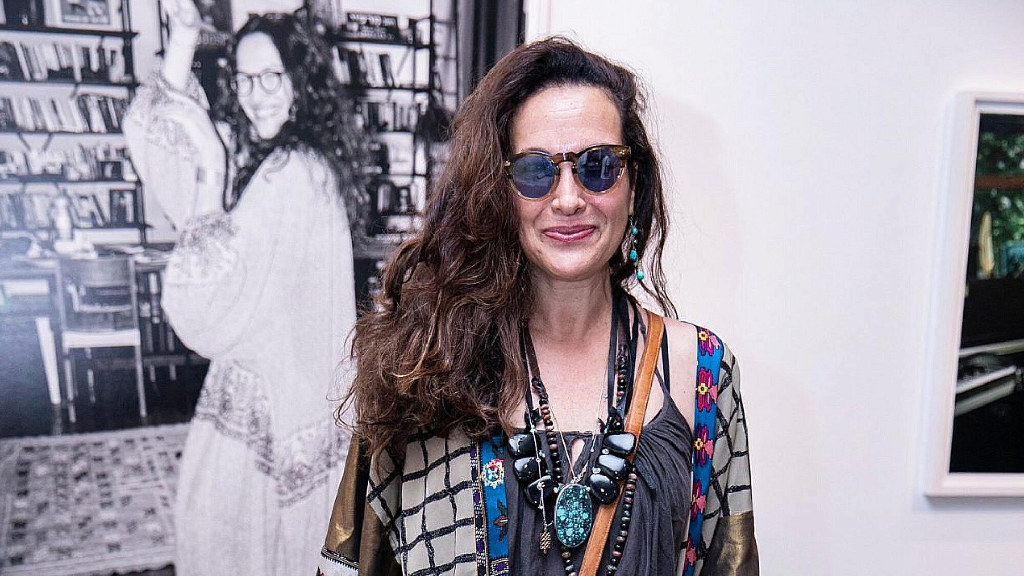 יעל אבקסיס בתערוכה של דודי חסון. ג'ינס וגופיה: אתא, קימונו: טובהלה | צילום: לנס הפקות