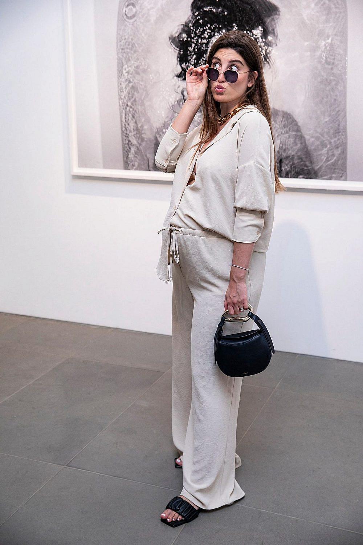 דנה זרמון. חליפה: דנה זרמון X אבישג ארבל, תיק: קלואה, משקפיים: אוליבר פיפלס | צילום: לנס הפקות