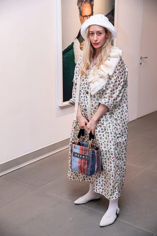 חיה וידר. שמלה: פראדה, נעליים: וינס, תיק: מרני, כובע: H&M  | צילום: לנס הפקות