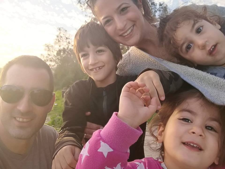 עם בעלה ג'ו ושלושת ילדיה   צילום: באדיבות המשפחה