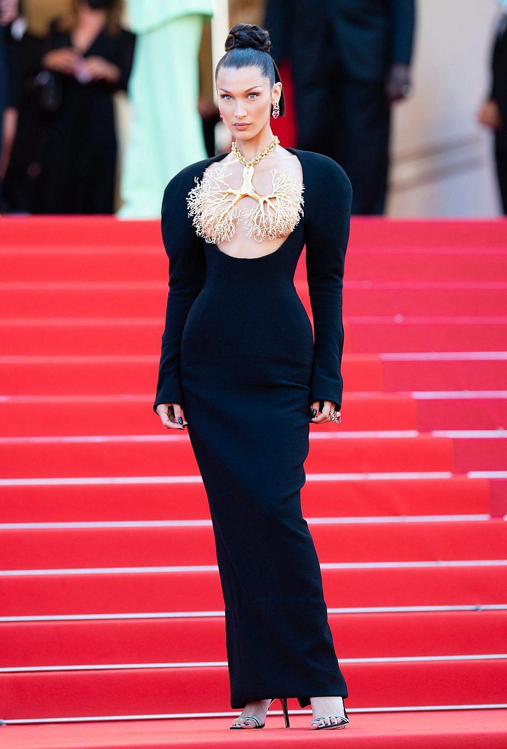 בלה חדיד לובשת סקיפרלי בפסטיבל קאן 2021 | צילום: Gettyimages