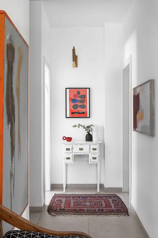 עיצוב הבית משלב בסיס שקט מחומרים טבעיים, עם נגיעות של צבע וחפצי וינטג' | צילום: אורן עמוס