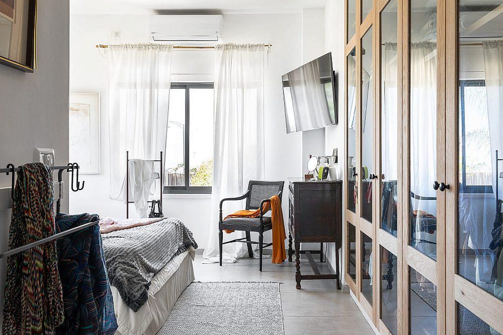 בחדר השינה הראשי שולבו שני ארונות בתוך נישות בקיר כדי להכניס עניין ולייצר תחושת עומק | צילום: אורן עמוס