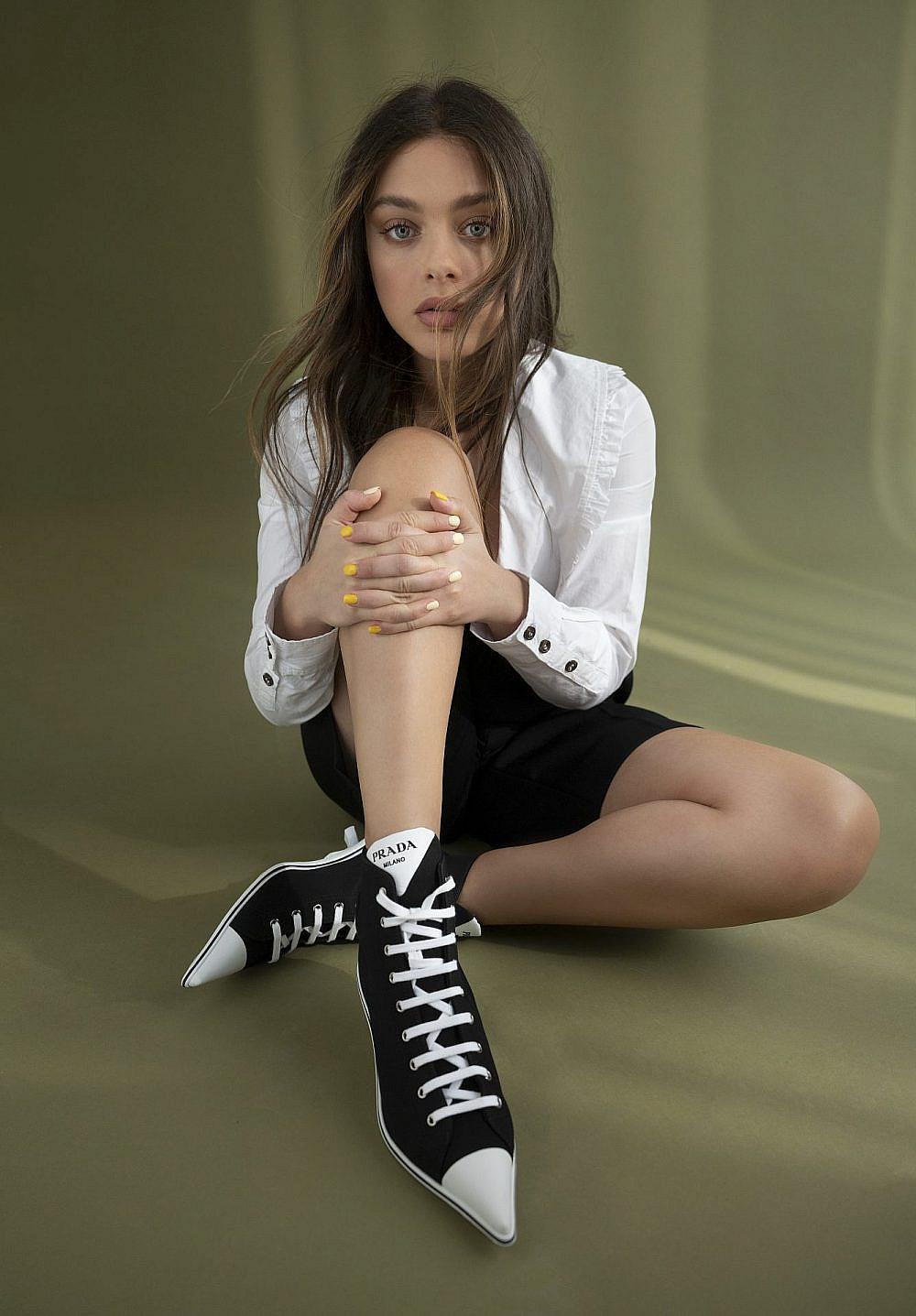 """""""גם קוונטין טרנטינו עובד מכאן, לא?""""   צילום: שי יחזקאל, חולצה ומכנסיים: בוטיק ורנר, נעליים: הלגה עיצובים"""
