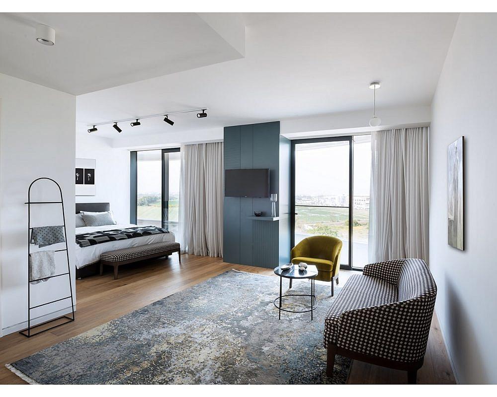 חדר השינה צריך להיראות כמו סוויטה במלון ולהרגיש כמו בית. עיצוב פנים: מיכל האן | צילום: עמית גושר