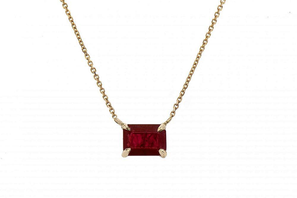 """תליון משובץ אבן רובי עשוי זהב 14K של הבורסה לתכשיטים, 1,990 ש""""ח   צילום: יח""""צ"""