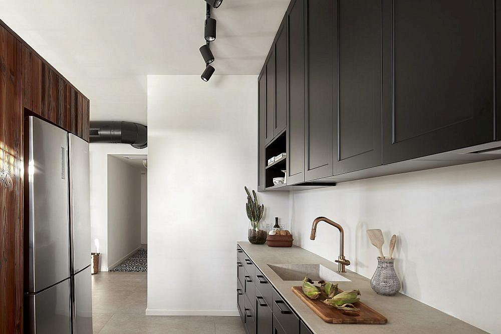 מבט על המטבח מכיוון פינת האוכל   עיצוב: שני מור, צילום: שי גיל