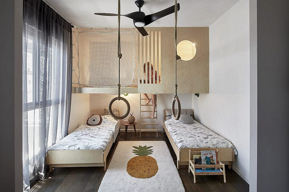 שני חדרים אוחדו לטובת חדר ילדים גדול הכולל מגוון פינות משחק ואפשרויות הצצה עם רעיונות מקוריים כמו רשת חבלים שמשמשת כערסל או כקיר טיפוס   צילום: שי גיל