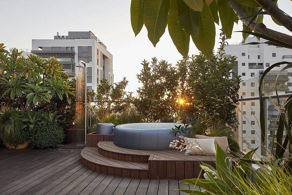 במרפסת הגדולה יש אמבטיה, מקלחת, מסכי הקרנה ומערכת שמע   צילום: שי גיל