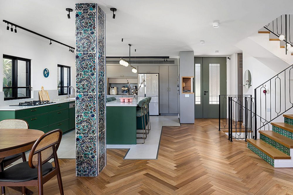 מבט מהסלון. רצפת העץ נבחרה בהשראת בתים רוסיים – כפיסי עץ קטנים יחסית בהנחת פישבון | צילום: שי אפשטיין