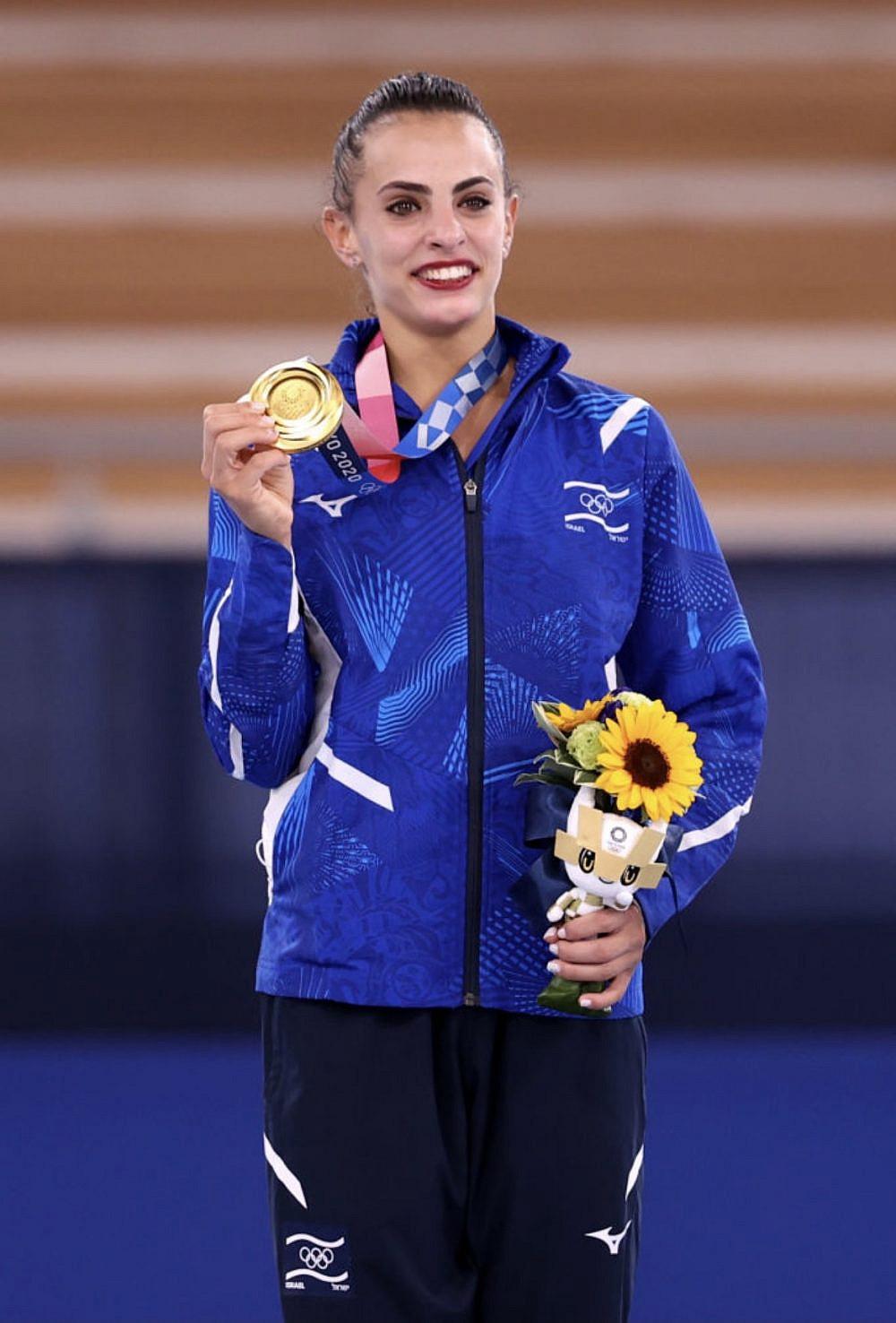 מקבלת את מדליית הזהב באולימפיידת טוקיו. לינוי אשרם אלופה | צילום: Laurence Griffiths, Getty Images