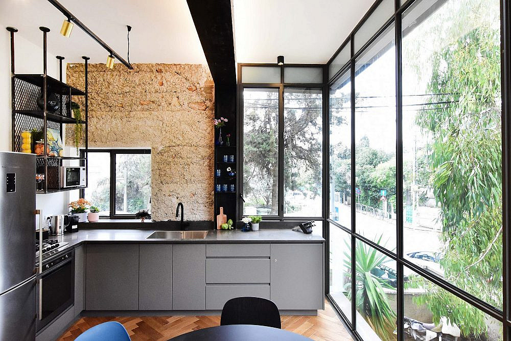 חלון ויטרינה רחב וגבוה עם פרופיל שחור | עיצוב פנים: סטודיו בי, צילום: סיון מויאל