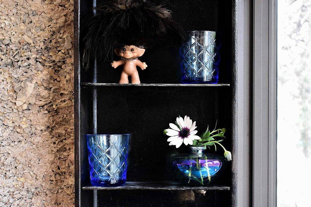 קיר אבן ומתכת שחורה | עיצוב פנים: סטודיו בי, צילום: סיון מויאל