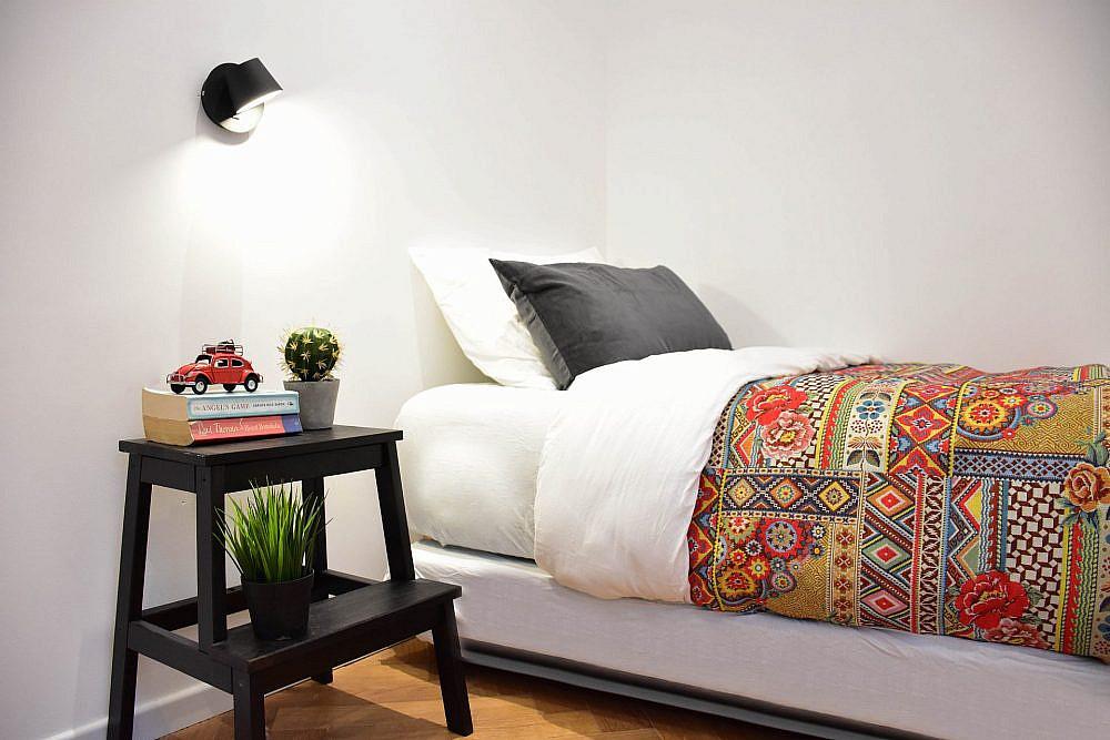 כיסויי המיטה והכריות מבדים שנבחרו במיוחד | עיצוב פנים: סטודיו בי, צילום: סיון מויאל