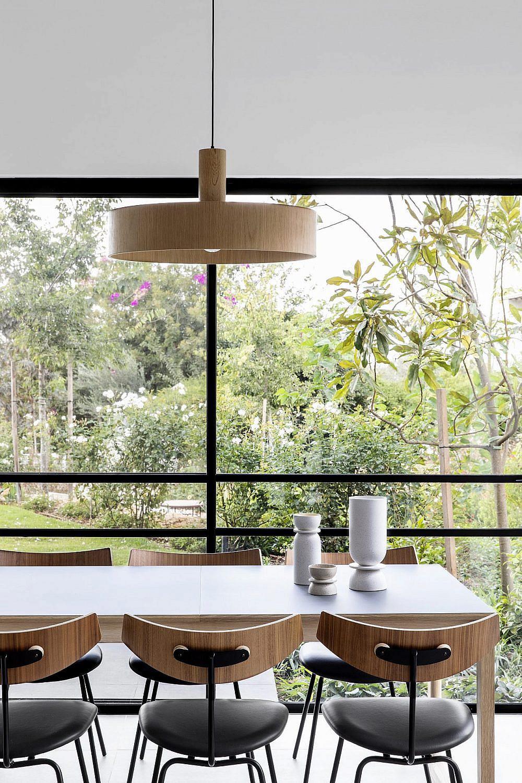 חלונות אלומיניום דקיקים עם פרופיל שחור נבחרו כמסגרת לנוף הירוק והיפה שמקיף את הבית | צילום: איתי בנית