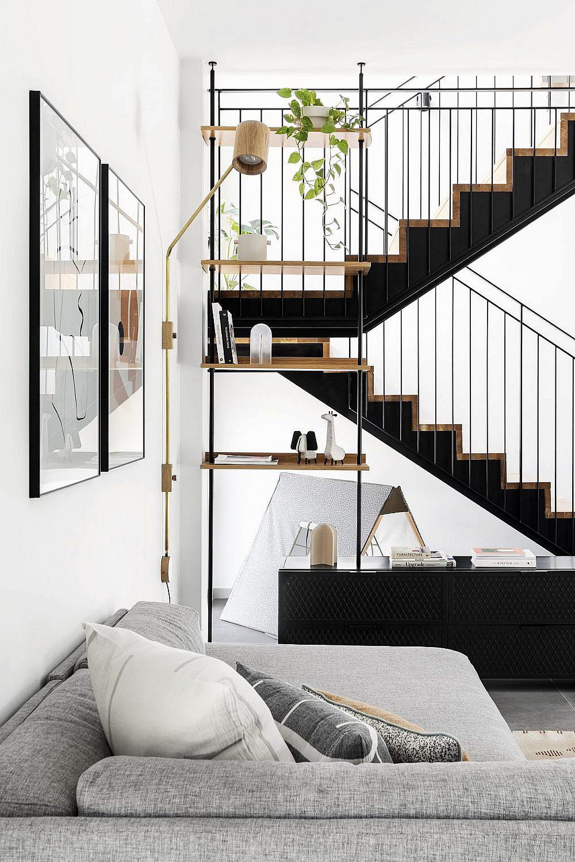הרהיטים בסלון הם של המותג הדני BOLIA מבית פרט ליבינג והם עוטפים ומקשטים את החלל ברכות ובסטייל. גופי התאורה המשלימים את השפה הם של המעצב אסף ויינברום | צילום: איתי בנית