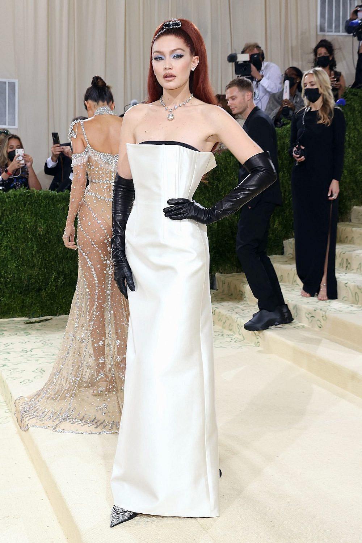 ג'יג'י חדיד לובשת פראדה במט גאלה 2021 | צילום: Gettyimages