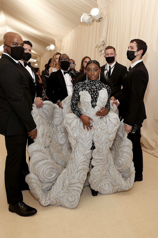 סימון ביילס לובשת AREA במט גאלה 2021. סימון אנחנו מתות עליך אבל השמלה הזו הזכירה לנו את הכרבולית מבית הסבתא הפולנייה שלנו | צילום: Gettyimages