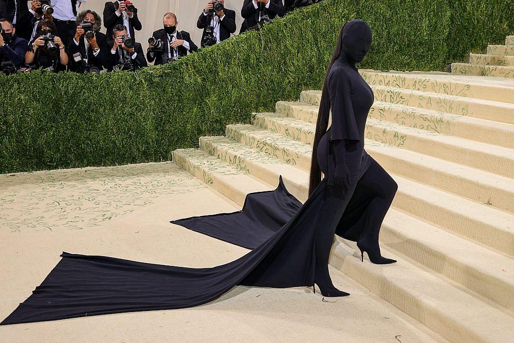 קים קרדשיאן לובשת בלנסיאגה במט גאלה 2021. איך בדיוק עולים במדרגות ככה? זה כוח העל של קים.ק | צילום: Gettyimages