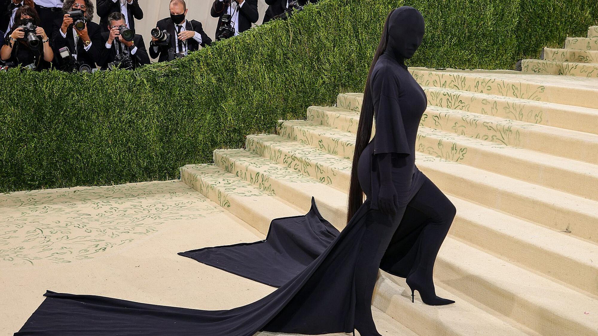 קים קרדשיאן לובשת בלנסיאגה במט גאלה 2021 | צילום: Gettyimages