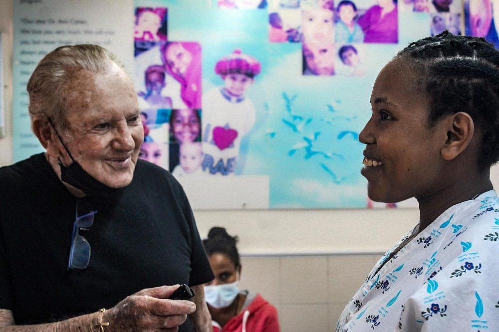 מוריס קאהן עם אסתר   צילום: הצל ליבו של ילד