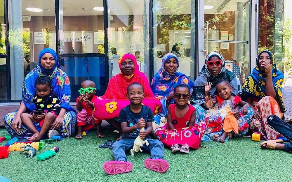 אימהות וילדים מאוגנדה, זנזיבר ואתיופיה שהגיעו לטיפולים רפואיים בישראל   צילום: הצל ליבו של ילד