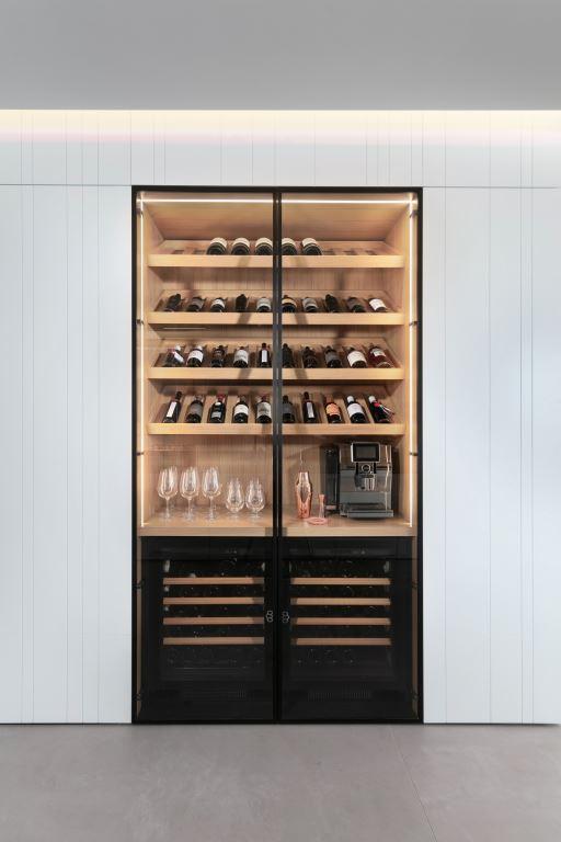 מקרר יינות הממוקם במסדרון   עיצוב פנים: אורון מילשטיין, צילום: אלעד גונן