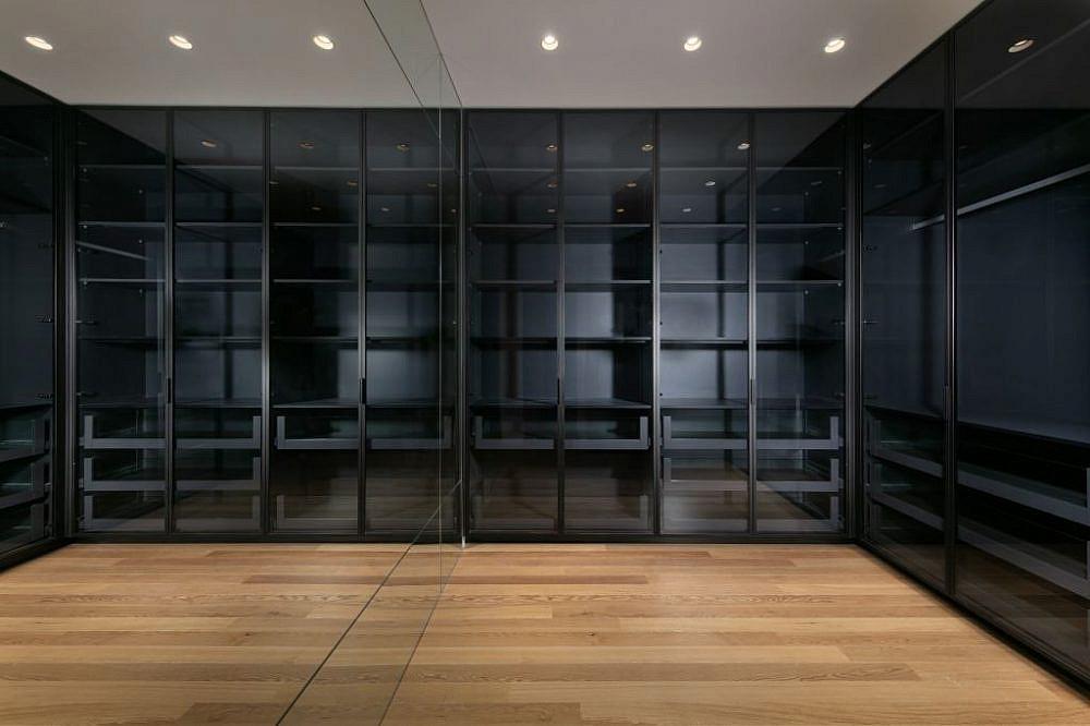 חדר הארונות בחדר ההורים   עיצוב פנים: אורון מילשטיין, צילום: אלעד גונן