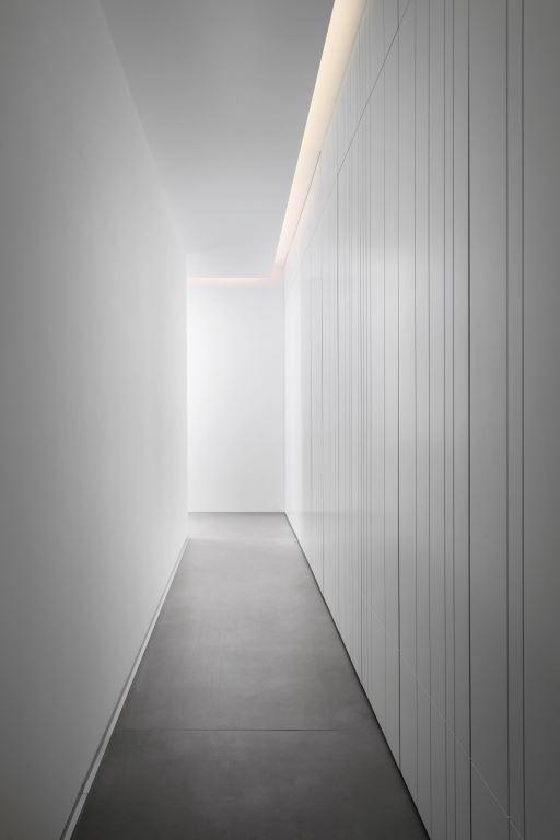 חלל פרטי סמוי. מסדרון ארוך   עיצוב פנים: אורון מילשטיין, צילום: אלעד גונן