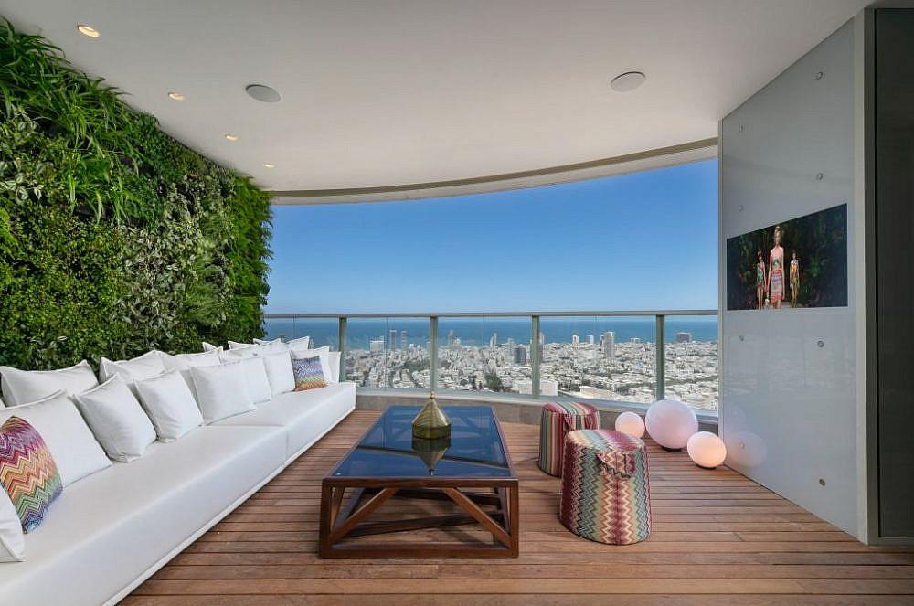המרפסת: טלוויזיה בחיפוי זכוכית וקיר ירוק עם גינת תבלינים   עיצוב פנים: אורון מילשטיין, צילום: אלעד גונן