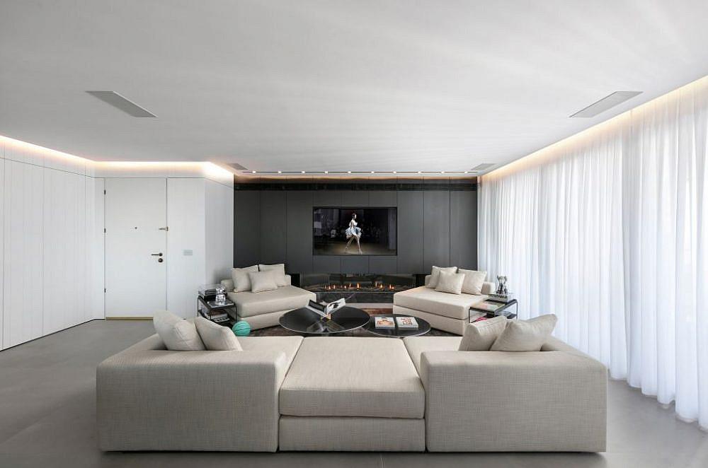 הסלון: קמין ליצירת חמימות וקיר כוח   עיצוב פנים: אורון מילשטיין, צילום: אלעד גונן