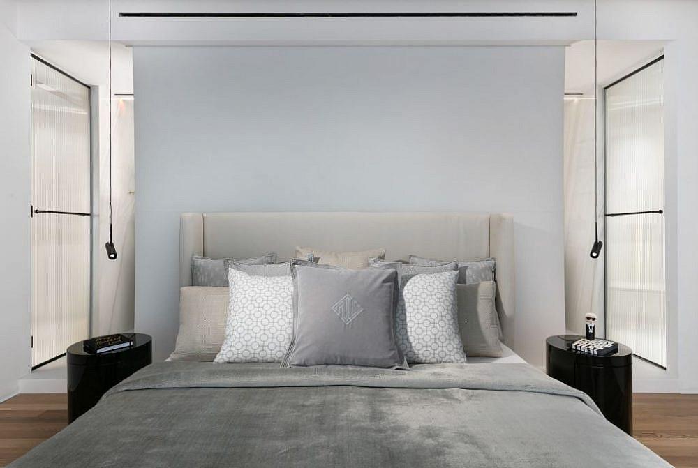 המיטה בחדר השינה כשהמסך המפריד למטה, מאחוריה מסתתר חדרון האמבטיה   עיצוב פנים: אורון מילשטיין, צילום: אלעד גונן