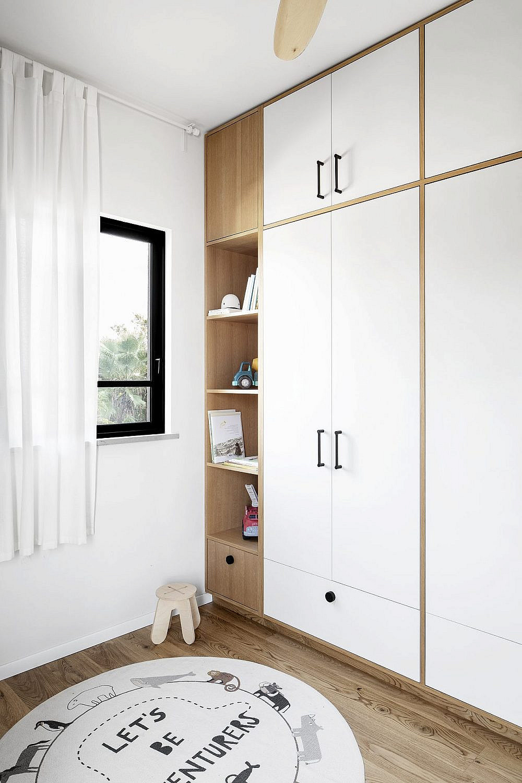 ארון הקיר שתכננה שטייגמן מכיל בתוכו גם אחסון לבגדים וגם יחידה פתוחה המשמשת לאחסון משחקים וספרים | צילום: איתי בנית