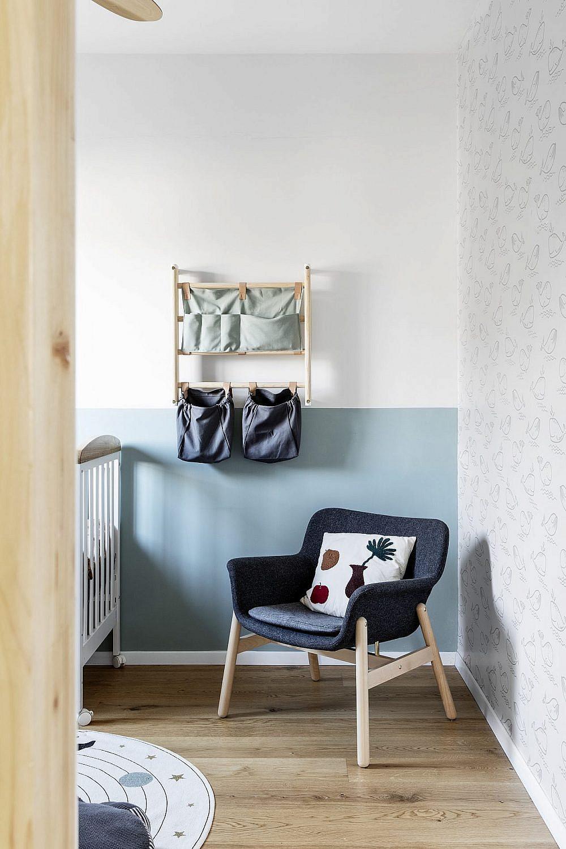 לחדר התינוק נבחרה פלטת צבעים רכה בשילוב טפט עדין | צילום: איתי בנית