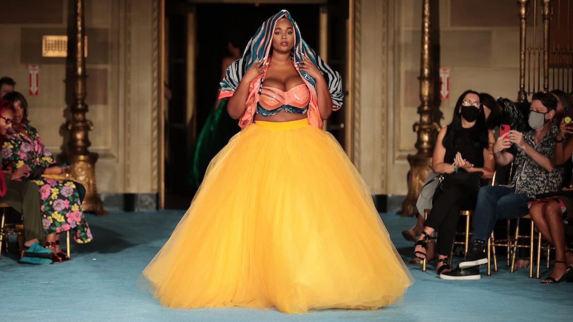 התצוגה של כריסטיאן סיריאנו, אביב-קיץ 2022, שבוע האופנה ניו יורק   צילום: Mike Coppola/Getty Images (for Christian Siriano)