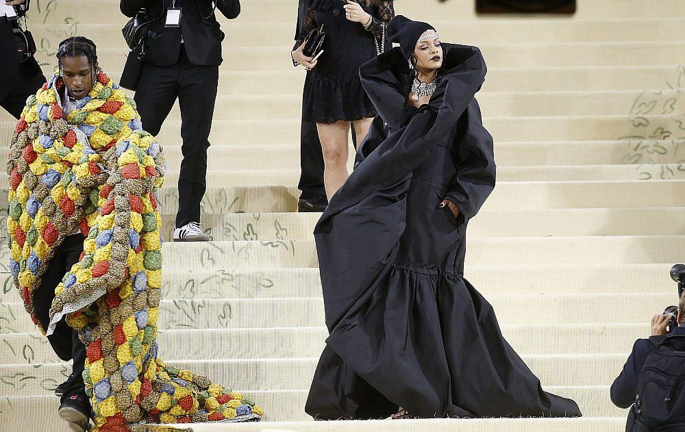 ריהאנה גם חשפה לראשונה בהופעה פומבית את החבר, הראפר אייסאפ רוקי, שהלך על החלום הרטוב שלנו לפני כל אירוע: פשוט לגנוב את השמיכה מהמיטה ולהתעטף בה. במט גאלה 2021 | צילום: Gettyimages
