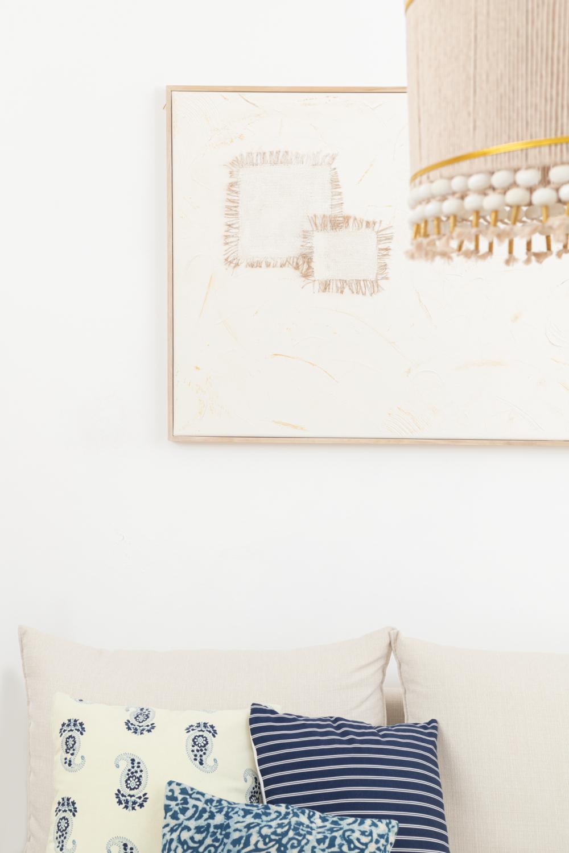 חוטי חבל וחרוזי עץ. האהיל במרכז הסלון   עיצוב פנים: נועה גבע, צילום: עומר שורר