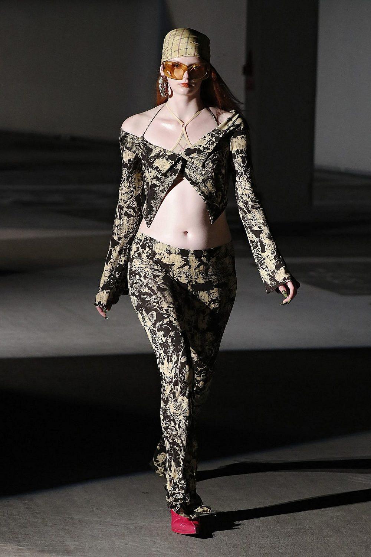 KNWLS. קו המותניים יורד רחוק מתחת לפופיק. שבוע האופנה בלונדון | צילום: Gettyimages