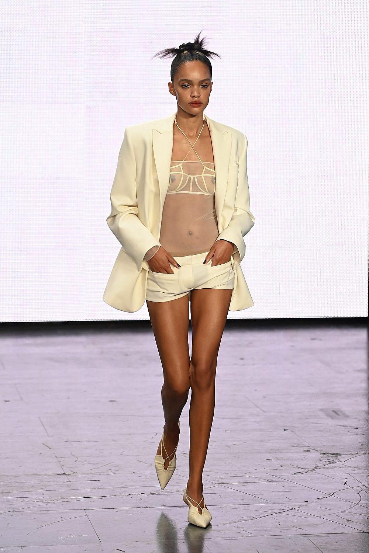 Nensi Dojaka. מכנסיים נמוכים וגם: הסקסי חוזר. שבוע האופנה בלונדון | צילום: Gettyimages