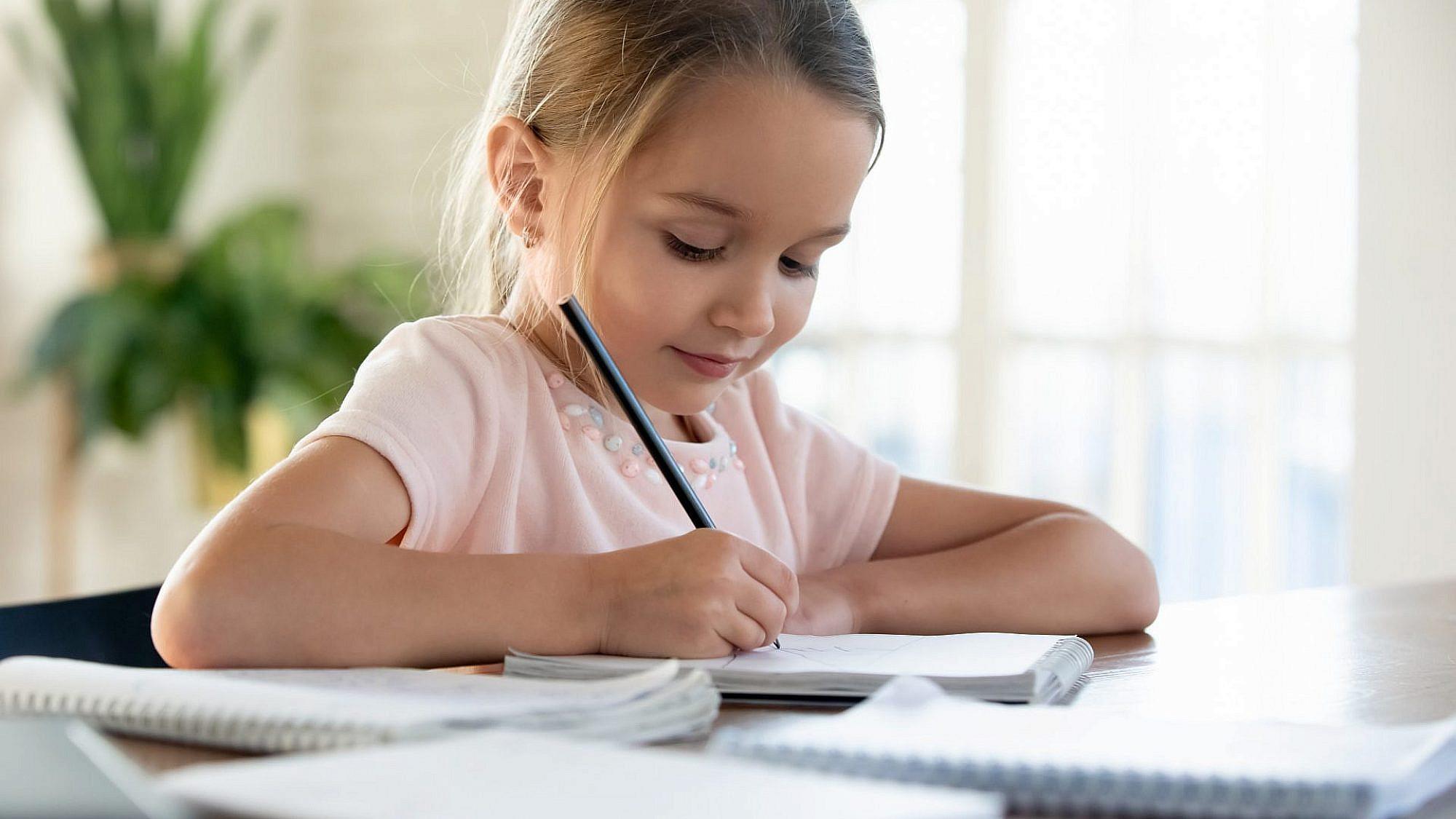 האם לעזור לילדים בשיעורי הבית?   תמונה: Sutterstock