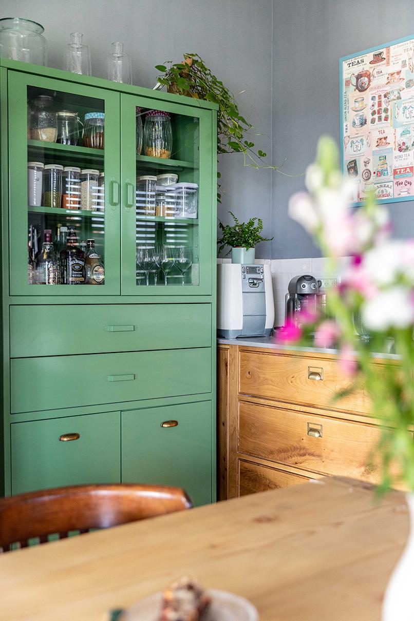 ארון מתכת ירוק בניגוד לרקע הקיר המעושן   אדריכלות: רות חובב, עיצוב פנים: שני סלע, צילום: אורית ארנון
