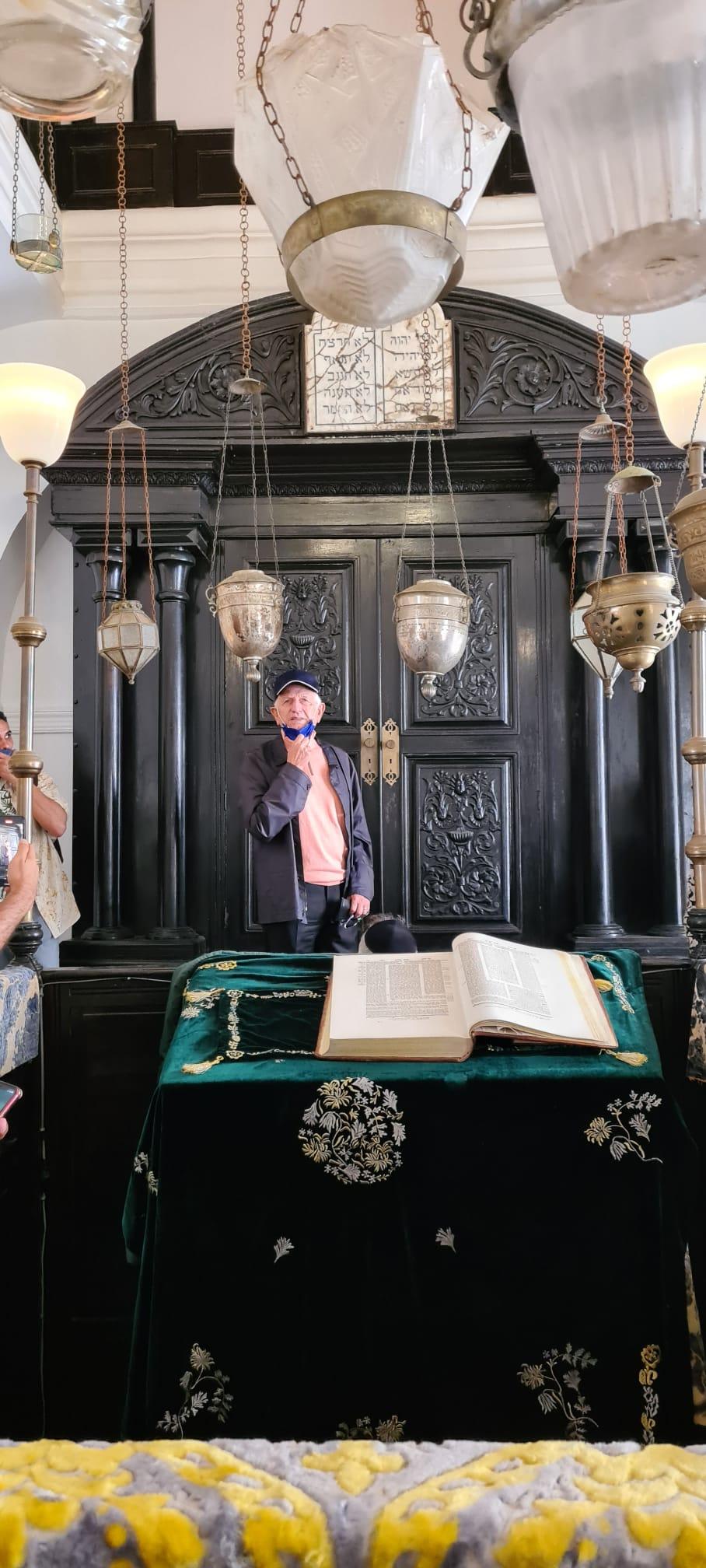 אנדרה אזולאי, יועץ בכיר למלך מרוקו, בבית הכנסת בבית ד'אקירה | צילום: שרון בן דוד