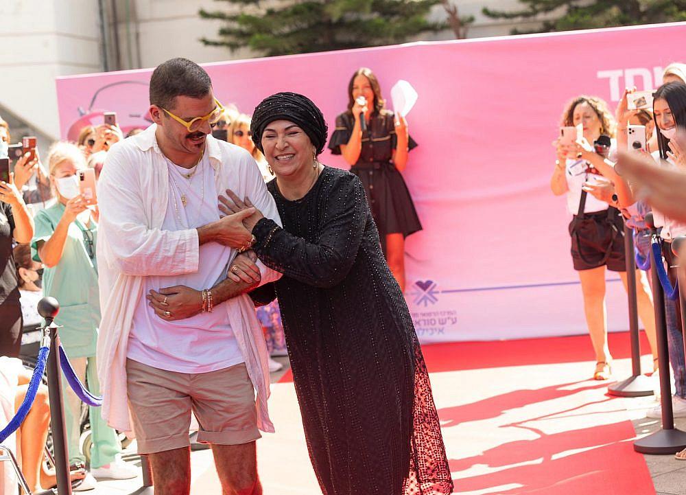 דרור קונטנטו ואמא שלו אריאלה בתצוגת אופנה של דרור קונטנטו באיכילוב. חודש המודעות לסרטן השד   צילום: מירי גטניו וג'ני ירושלמי, איכילוב
