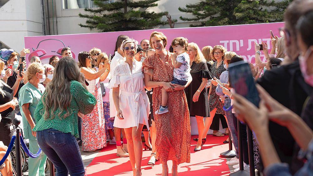 תצוגת אופנה של דרור קונטנטו באיכילוב. חודש המודעות לסרטן השד   צילום: מירי גטניו וג'ני ירושלמי, איכילוב