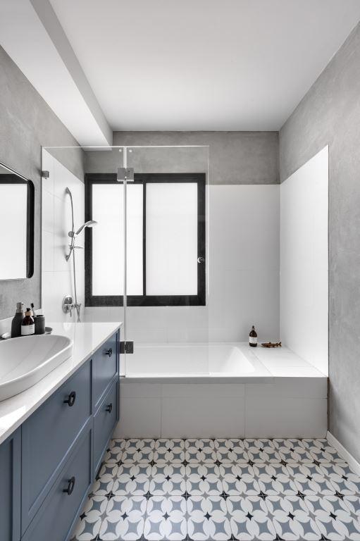 אמבטיה בגווני כחול-אפור | הלל אדריכלות, צילום: עודד סמדר