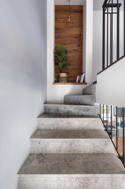המדרגות המובילות למרתף | הלל אדריכלות, צילום: עודד סמדר