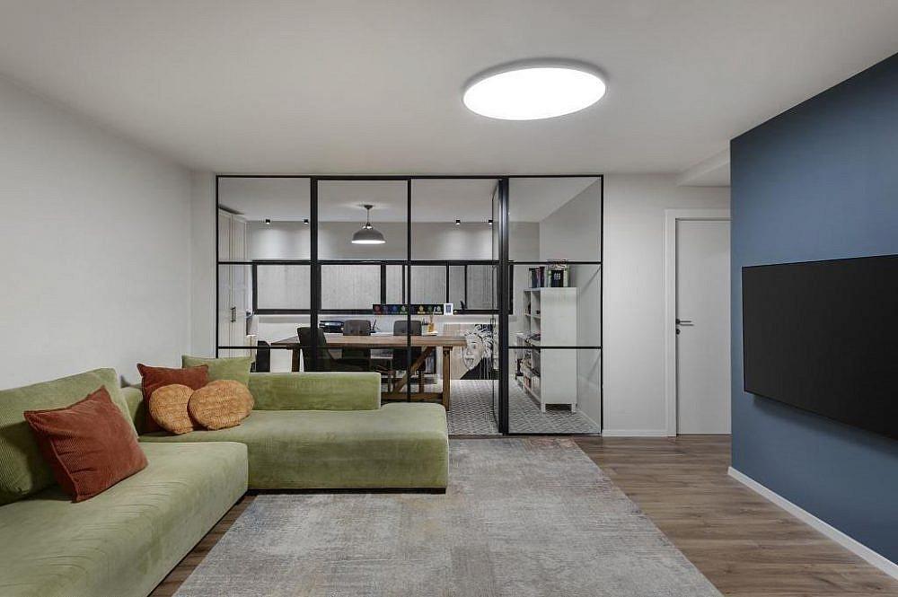 משרד סגור, משקיף אל פינת טלוויזיה| הלל אדריכלות, צילום: עודד סמדר