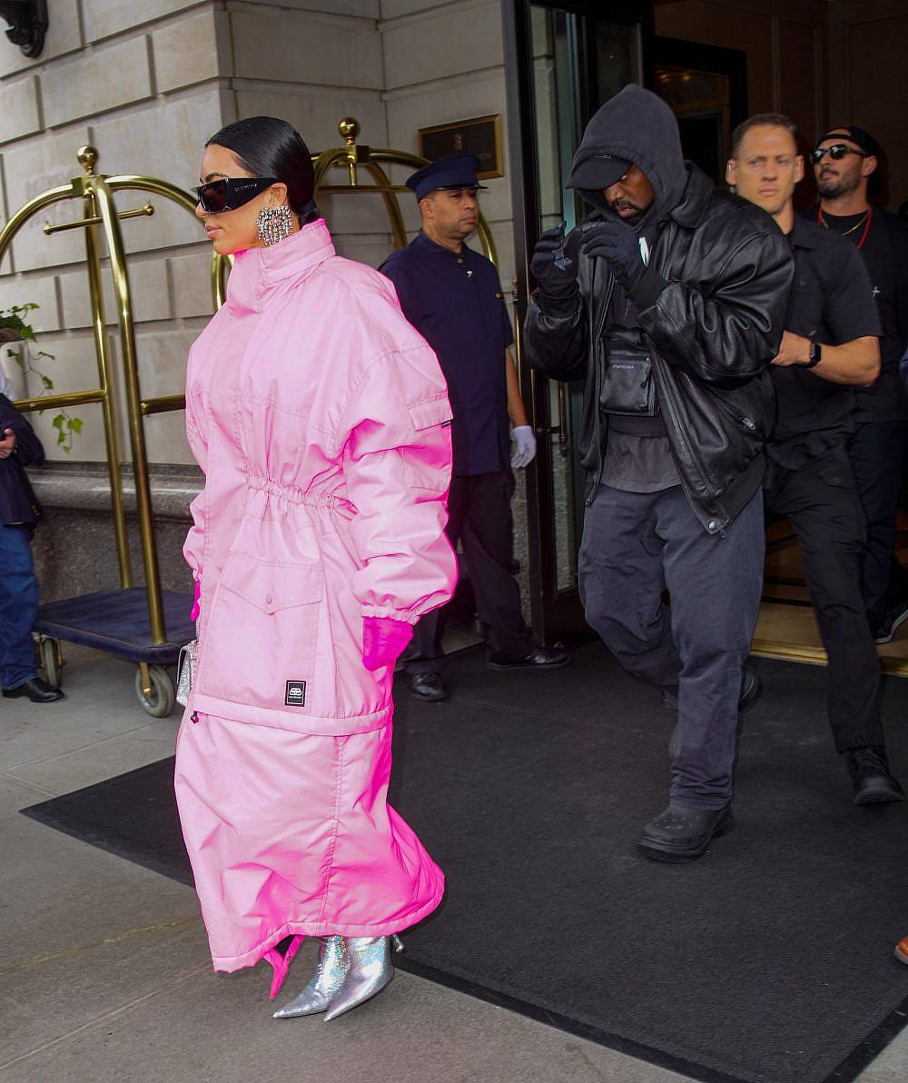 """קים קרדשיאן עטופה היטב בדרך לאולפן של """"סאטרדי נייט לייב""""   צילום: Getty Images"""