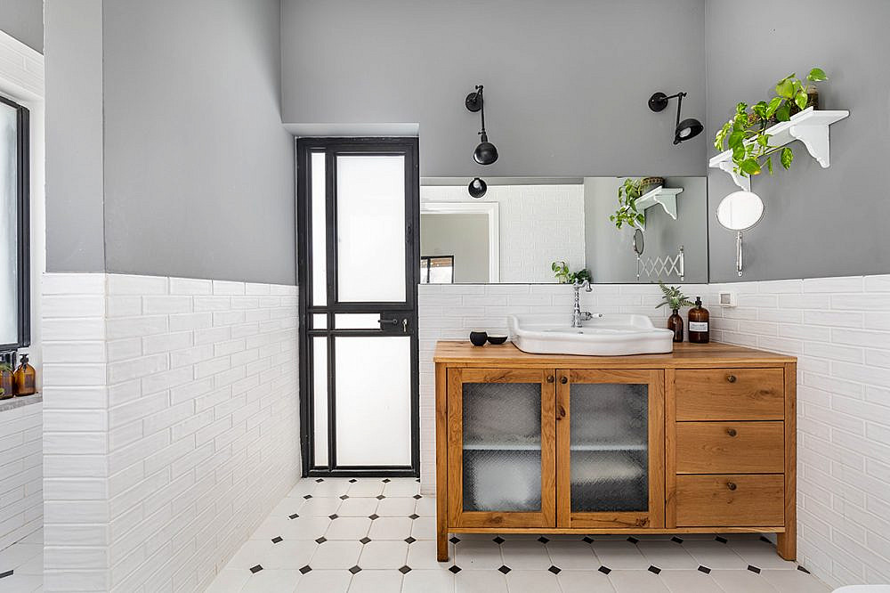 חיפוי טיח אפור בחדר הרחצה   אדריכלות: רות חובב, עיצוב פנים: שני סלע, צילום: אורית ארנון