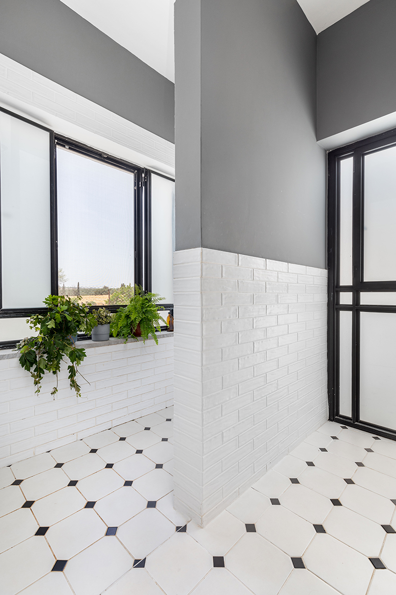 חלון גדול. גם במקלחון   אדריכלות: רות חובב, עיצוב פנים: שני סלע, צילום: אורית ארנון